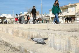 Bilder gegen die Gleichgültigkeit am Uferweg in El Molinar