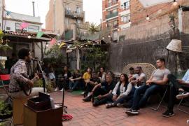 """""""Geheimes Konzert"""" des Sängers und Multi-Instrumentalisten Alan Da Silva auf einer Terrasse in Barcelona."""