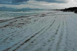 Hagel färbt Muro-Strand auf Mallorca weiß