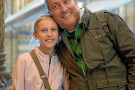 Alex Schütz mit seiner auf Mallorca lebenden Tochter Lilly. Zurzeit können die beiden nur per Telekommunikation miteinander in Kontakt bleiben.