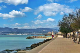 Die Uferpromenade in Palmas Meeresviertel El Molinar ist momentan so gut wie menschenleer.