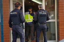 Polizisten erwischen trinkende Personen in Bar