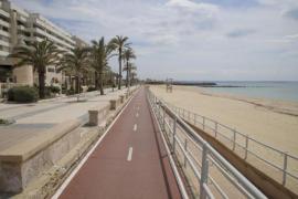 So dürfen Kinder und ein Elternteil auf Mallorca am Meer spazieren