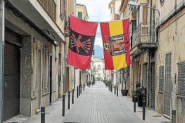 Mann hängt riesige Franco-Flaggen in Sa Pobla auf