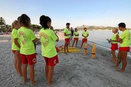 Rettungsschwimmer in Alcúdia mit Handschuhen und Mundschutz