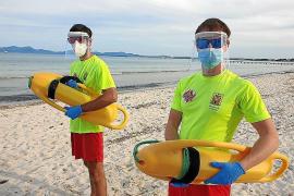 Badegäste retten mit Masken und Gesichtsschutz