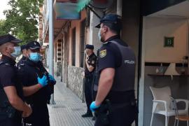 Polizisten stürmen Bar in Palma de Mallorca