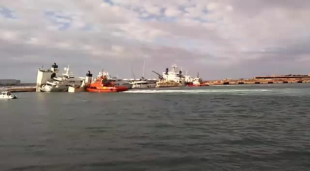 Schiff mit Luxus-Yachten an Bord fast gesunken