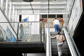 Rolltreppen und Fahrstühle in Geistereinkaufszentrum abgestellt